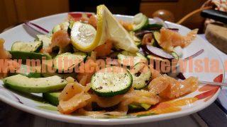 salata-de-avocado-somon-afumat-si-zucchine-la-gratar